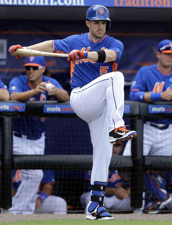 Mets' David Wright stretches before batting during the