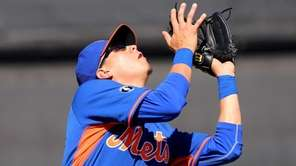 Mets third baseman Wilmer Flores gets set to