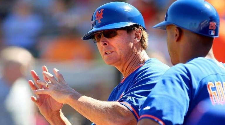 Mets third base coach Tim Teufel chats with
