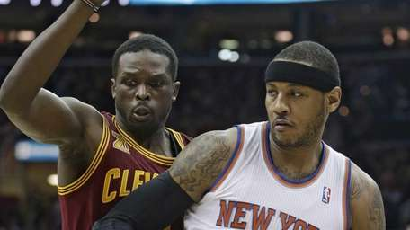 Knicks' Carmelo Anthony drives past Cavaliers' Luol Deng