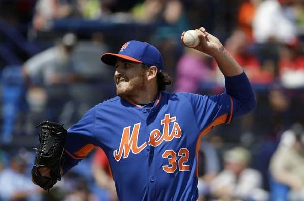 Mets pitcher John Lannan throws in the first