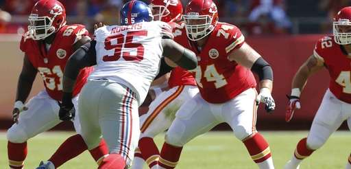 Kansas City Chiefs guard Geoff Schwartz block out