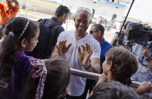 Former Yankee Mariano Rivera talks to children during