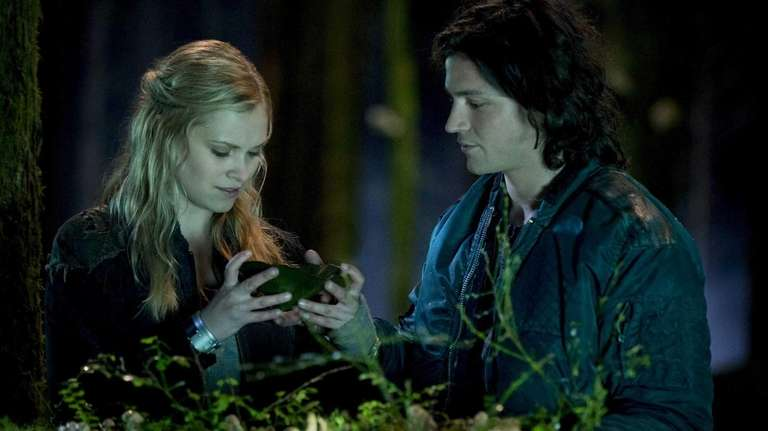 Eliza Taylor as Clarke and Thomas McDonell as