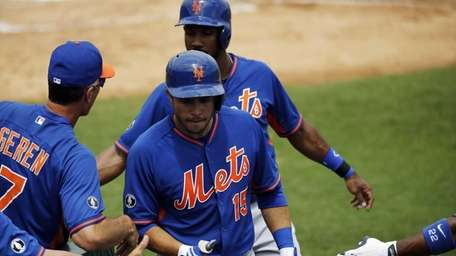 Mets' Travis d'Arnaud, center, is high-fived by teammates