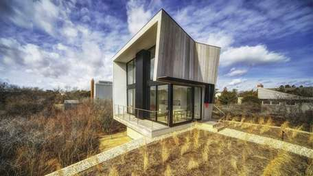 This 600-square-foot modern beach house in Amagansett is
