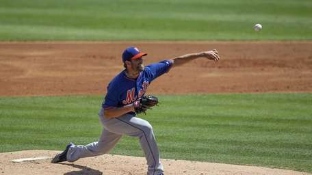 New York Mets pitcher Jon Niese pitches in