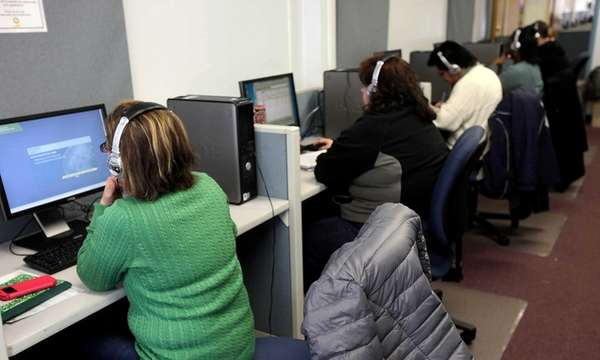 Prospective employees use computers to search for jobs