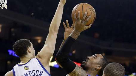 J.R. Smith shoots against the Warriors' Klay Thompson