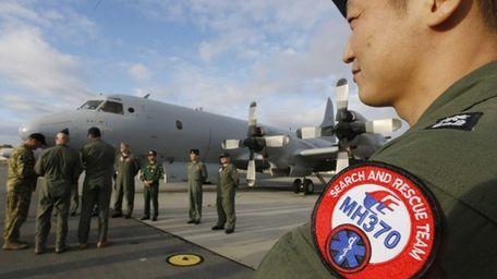 South Korean Navy Lieutenant Commander Oh Kang-Min, right,