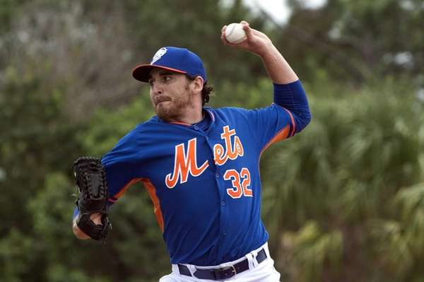 Mets pitcher John Lannan throws a pitch during