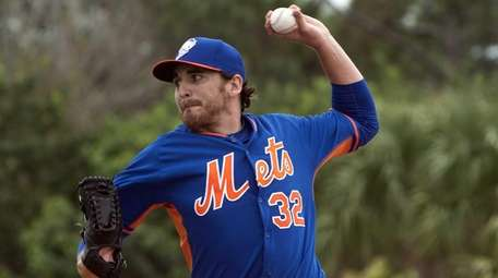 Mets pitcher John Lannan throws a pitch during