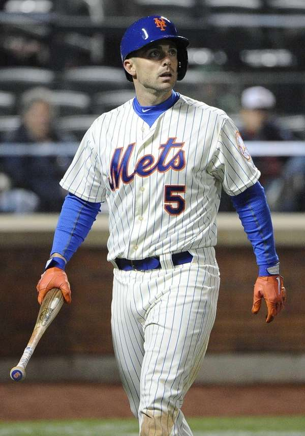 Mets' David Wright looks up as he