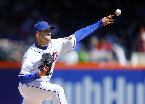 Jonathon Niese pitches against the Cincinnati Reds at