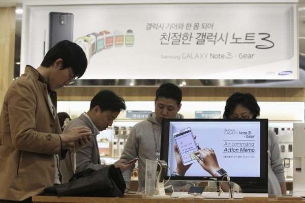 Visitors try out Samsung Electronics Co.'s Galaxy Note