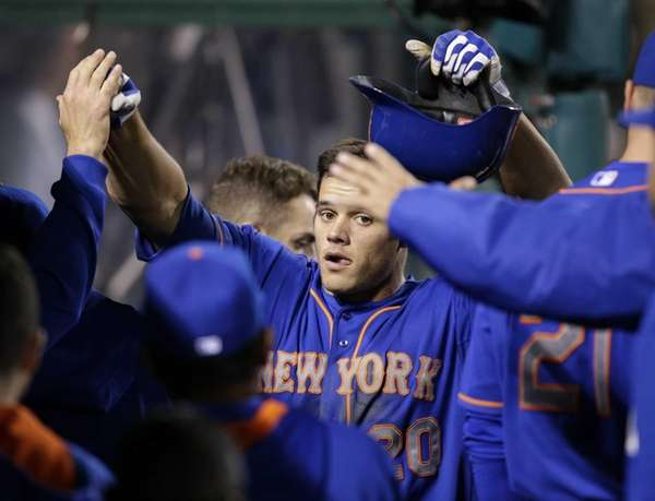Mets' Anthony Recker, center, is congratulated by teammates