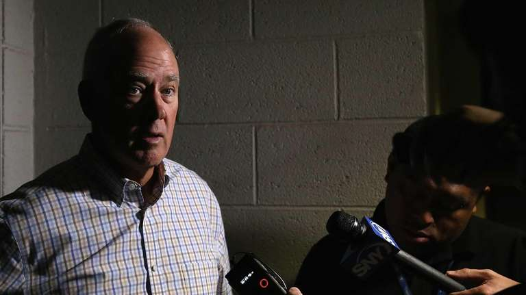 Mets general manager Sandy Alderson speaks with the
