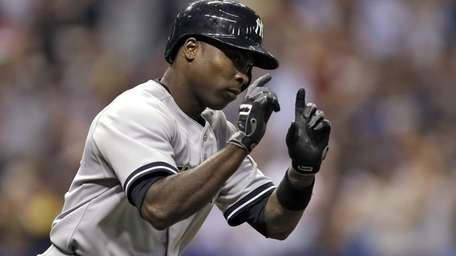 Alfonso Soriano reacts as he runs around the