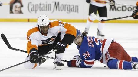 Philadelphia Flyers right wing Wayne Simmonds (17) and