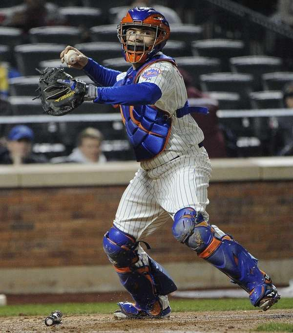 Mets catcher Travis d'Arnaud throws against the St.