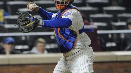 Mets catcher Travis d'Arnaud throws against the St.