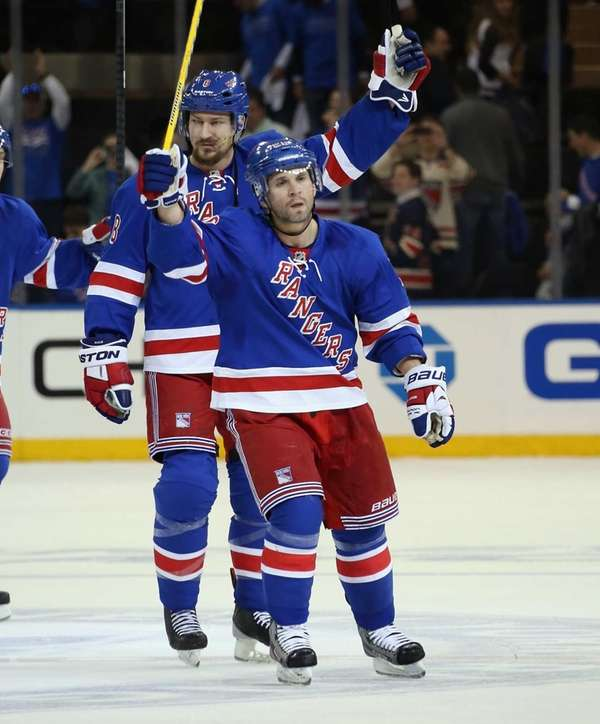 Martin St. Louis of the Rangers leaves the