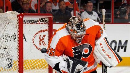 Steve Mason of the Philadelphia Flyers makes the