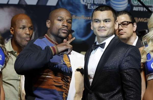 Floyd Mayweather Jr. left, and Marcos Maidana pose