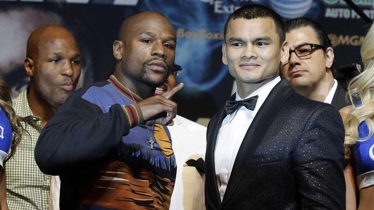 Floyd Mayweather Jr. left, and Marcos Maidana pose