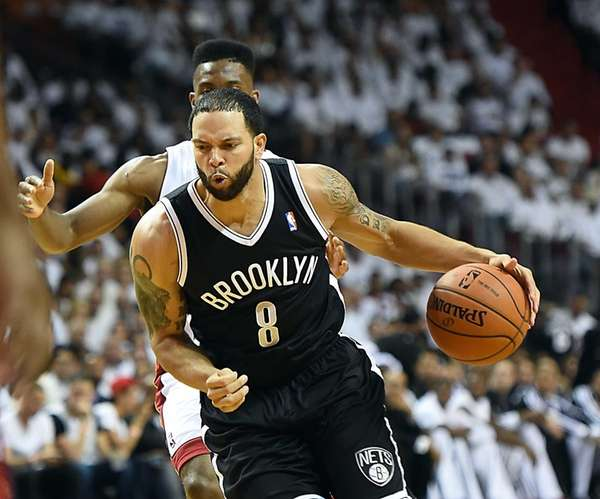 Deron Williams driving to the basket against Miami