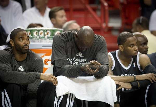Kevin Garnett and teammates Alan Anderson, left, and