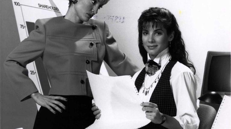 Sharp secretary-turned-junior executive Tess McGill (Sandra Bullock, right)