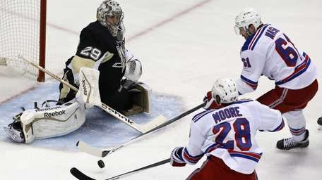 Rangers' Rick Nash cannot get his stick on