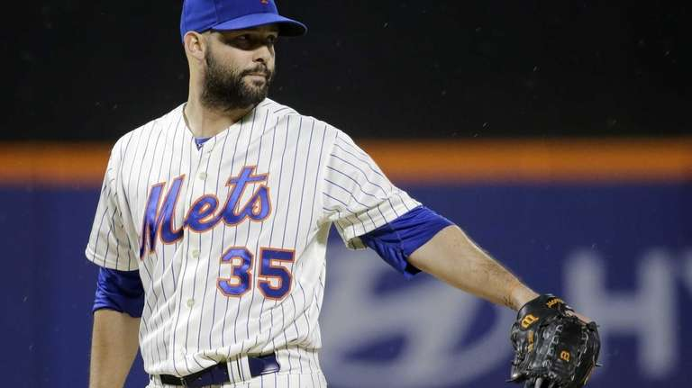 Mets starting pitcher Dillon Gee reacts after Philadelphia