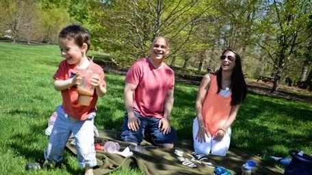 Natalie Mammes and Jason Shapiro, have a picnic