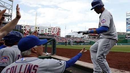 Mets' Juan Lagares, right, celebrates with manager Terry