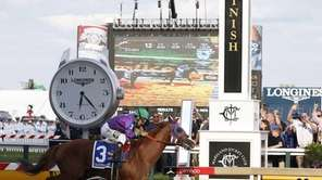 California Chrome, ridden by jockey Victor Espinoza, wins