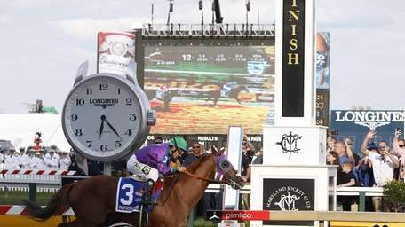 California Chrome, ridden by jockey Victor Espinoza, wins