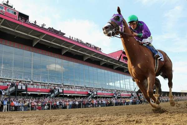 California Chrome, ridden by Victor Espinoza, races to