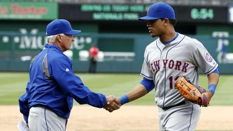 New York Mets manager Terry Collins, left, shakes