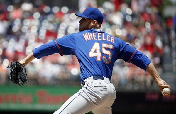 Mets starting pitcher Zack Wheeler (45) delivers a
