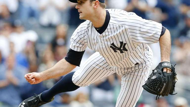 David Robertson #30 of the Yankees delivers a