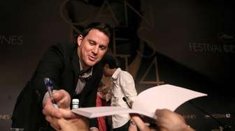 Channing Tatum signs autographs as he arrives for