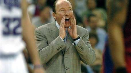 Mike Dunleavy Sr. shouts instructions to Clippers players