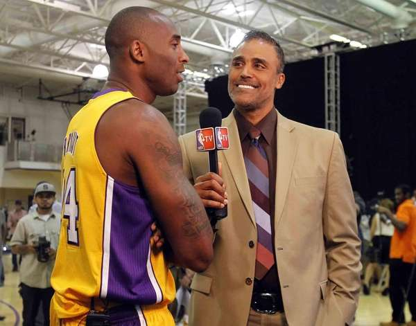 ????Los Angeles Lakers guard Kobe Bryant, left, talks