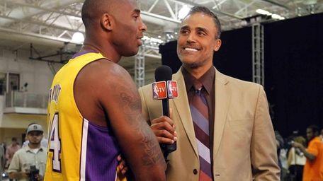 ????Los Angeles Lakers guard Kobe Bryant, left, talks