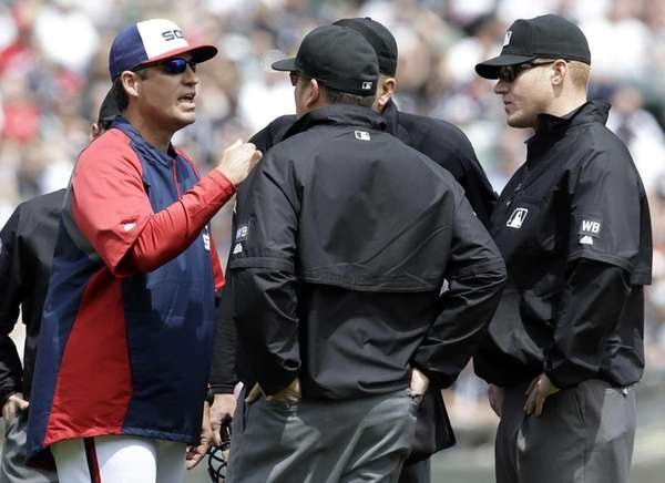 Chicago White Sox manager Robin Ventura, left, argues