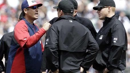 Chicago White Sox manager Robin Ventura, left, argues