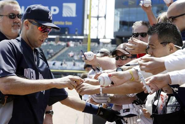 Yankees' Derek Jeter signs autographs for fans before