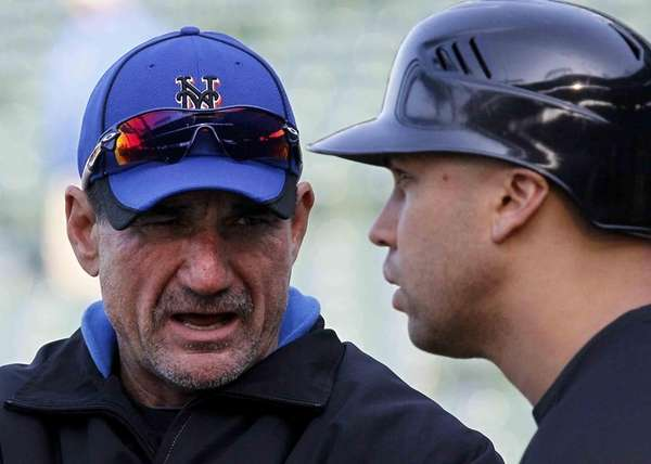 Mets batting coach Dave Hudgens, left, talks with